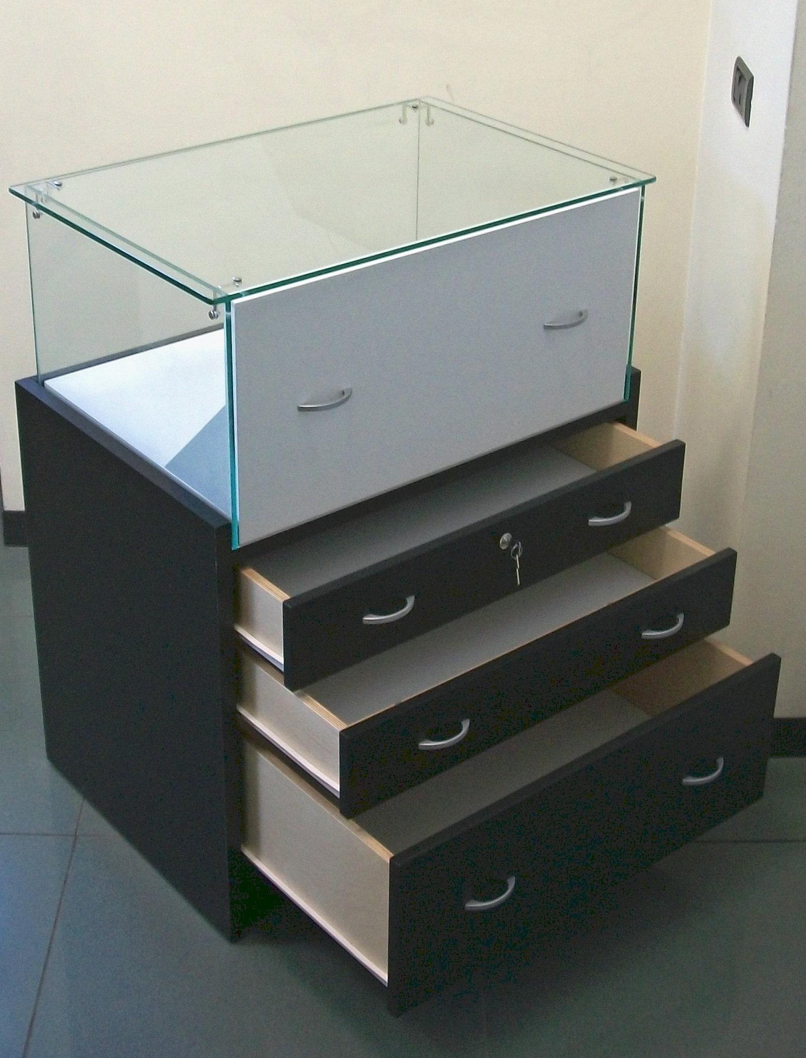 glasvitrinen bieten wir ihnen ber 200 modelle in unserem online shop an. Black Bedroom Furniture Sets. Home Design Ideas